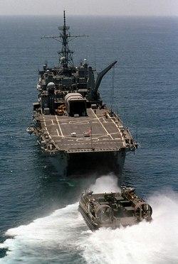 LCAC покидает корабль USS Denver LPD-9