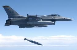 F-16 сбрасывает JDAM