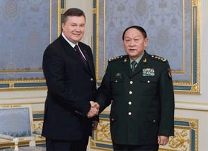 Президент Украины Виктор Янукович принимает на Банковой министра Обороны КНР Ляна Гуанле (фото из официального сайта Президента Украины)