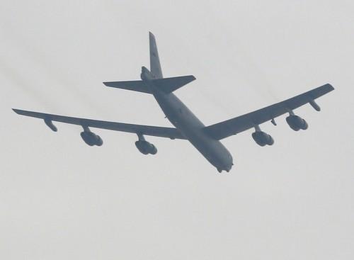 B-52 летит над Osan, провинция Кенгидо, Южная Корея 19 марта