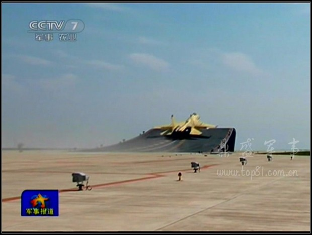 фото взлетающего с трамплина палубного истребителя J-15
