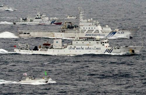 Китайский корабль в сопровождении кораблей береговой обороны Японии)