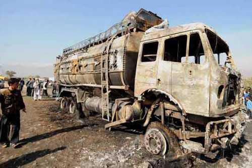 Сожженый бензовоз НАТО у авиабазы Баграм в октябре 2011 года