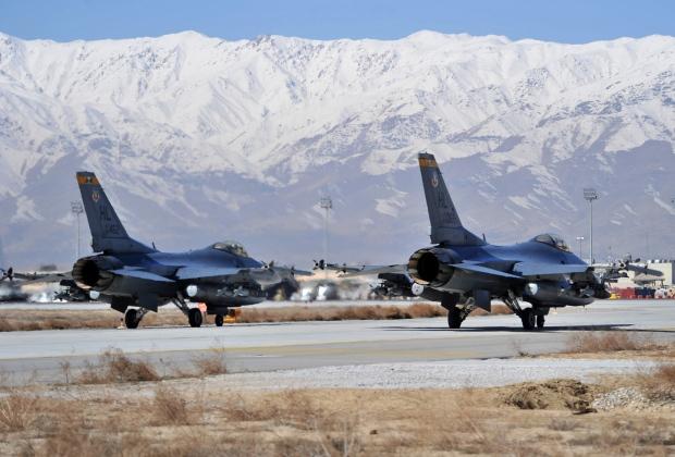 F-16 на аэродроме Баграм Афганистан (c) Sheila deVera/U.S. Air Force