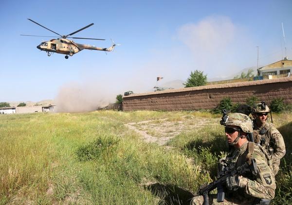 Бойцы легендарной 101-й воздушно-десантной дивизии Армии США обеспечивают прикрытие зоны посадки вертушки Ми-17