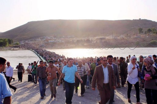 Плотный поток людей переходящих по свежепостроенному мосту из Сирии в Ирак (c) UNHCR/AFP, Galiya Gubaeva