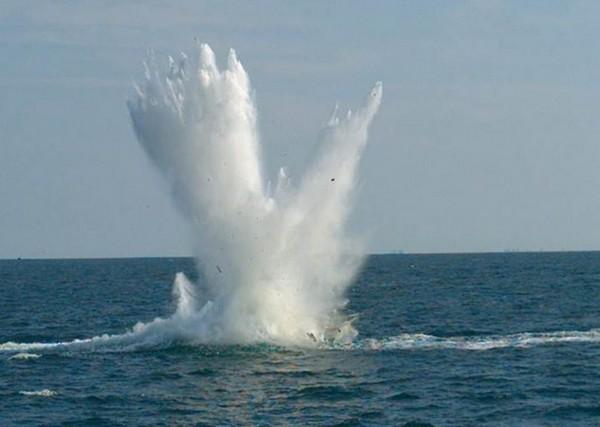 Попадание бомбы GBU-10 в малоразмерную надводную цель