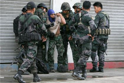Филиппинские военные во время столкновений с боевиками Фото: AFP