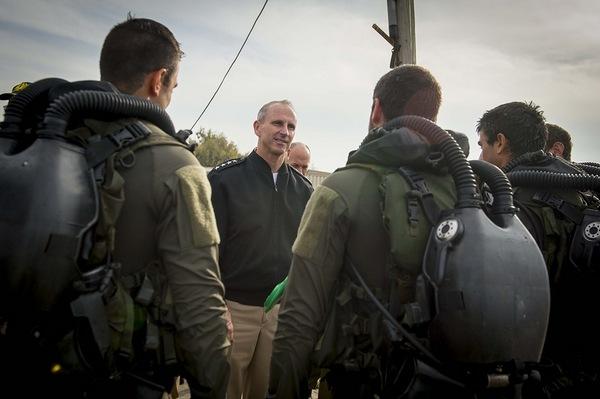 На фото Шеф of Naval Operations (CNO) США Адмирал Jonathan Greenert беседует с диверсионной израильской командой at Atlit Naval Base