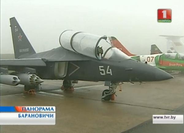 Демонстрация Як-130УБС на аэродроме в Барановичах (c) www.tvr.by