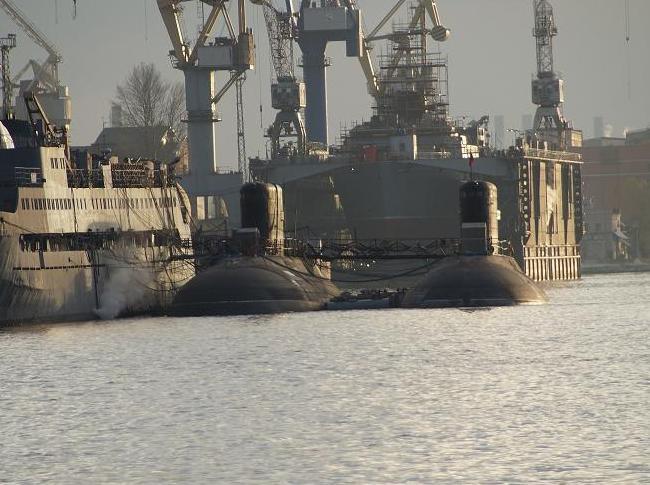 Две первые построенные для Вьетнама подводные лодки проекта 06361 HQ-182 (c) Mihazol / forums.airbase.ru