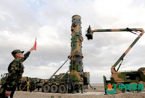 Подготовка к старту  ракеты средней дальности DF-21
