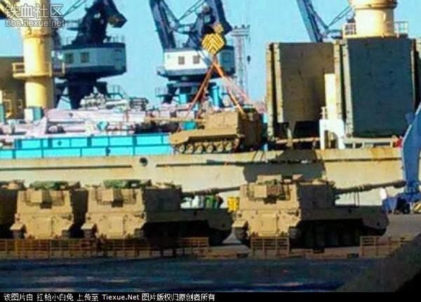 Погрузка в КНР китайских 155-мм/45 самоходных гаубиц PLZ45 для доставки в Алжир. Декабрь 2013 года (с) tiexue.net