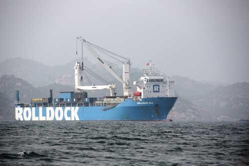 судно Rolldock Sea с подводной лодкой «Ханой»