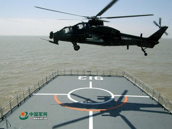 Китайский ударный вертолет Z-10 заходит на посадку на палубу десантного корабля