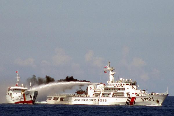 Китайский корабль береговой охраны противостоит Вьетнамскому судну