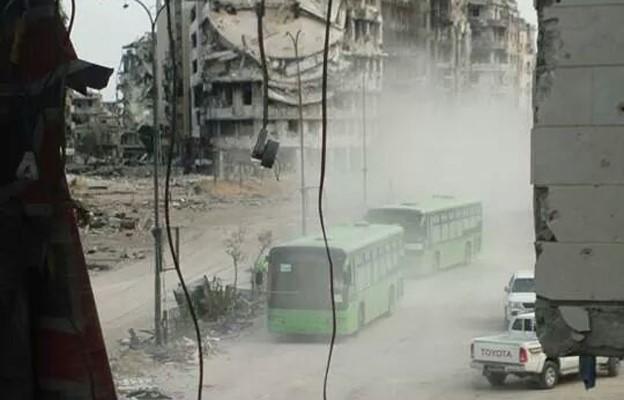 Автобусы с эвакуируемыми из Хомса (с) BBC