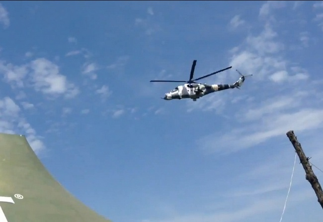 Вертолет Ми-24 ВС Украины на пути к аэропорту