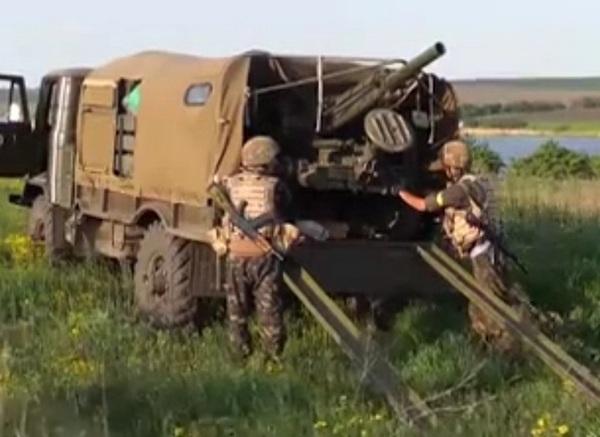 Минометный расчет украинских десантников в районе Славянска
