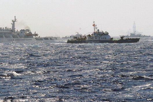 Китайские и вьетнамские корабли береговой охраны патрулируют около нефтяной вышки