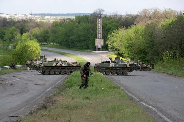 Временный блок-пост  на трассе вблизи Славянска