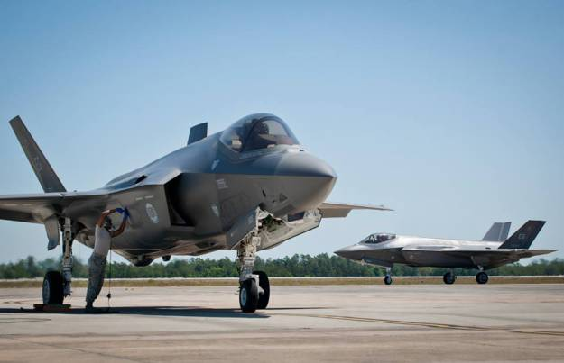 Истребители F-35A во время испытательных полетов