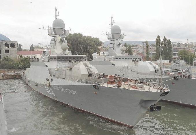 Малый ракетный корабль «Великий Устюг» проекта 21631 во время государственных испытаний в Махачкале. Справа стоит однотипный МРК «Углич» (с)