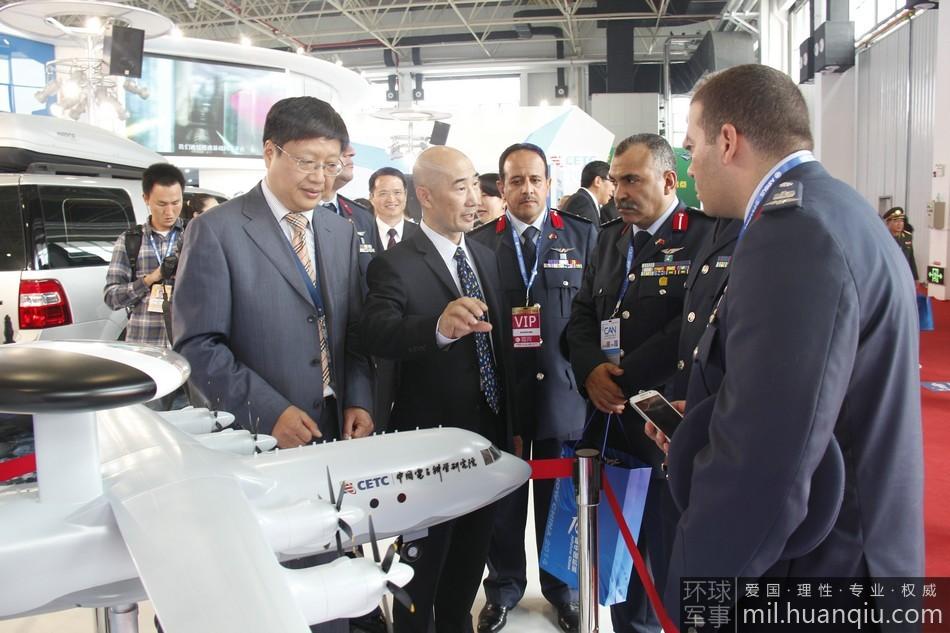 Представители ВВС Египта осматривают модель самолета ДРЛО
