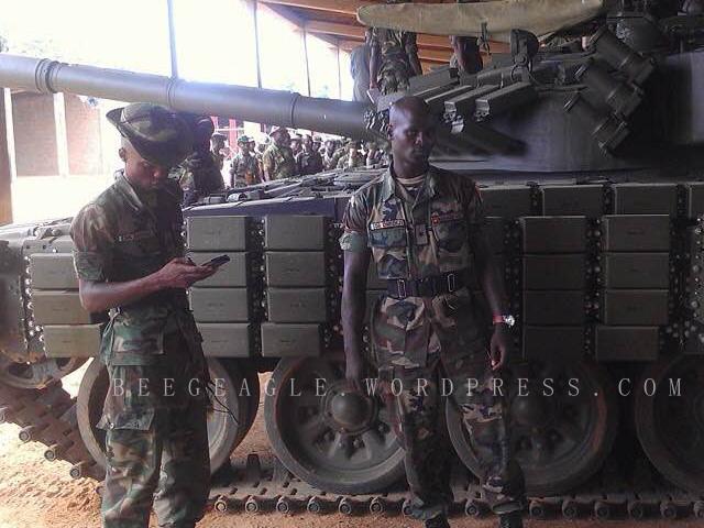Нигерийские военнослужащие на фоне полученного с Украины танка Т-72АВ (c) beegeagle.wordpress.com