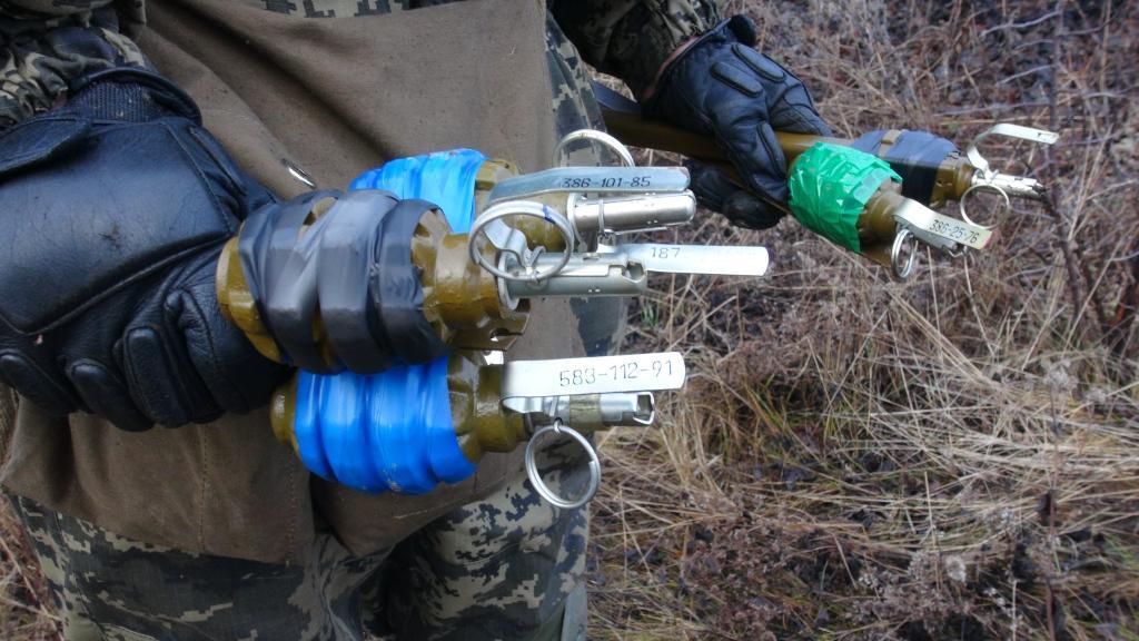 бойцы ВСУ расставляют под Мариуполем