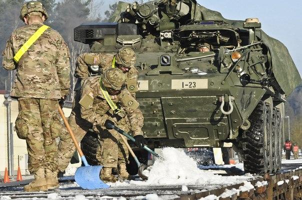Армия США совершает погрузку Страйкеров
