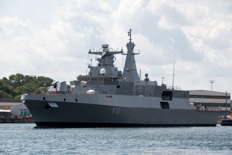 Головной фрегат проекта MEKO A200 AN, построенный для ВМС Алжира, отводится от стенки судостроительного предприятия German Naval Yards Kiel GmbH в Киле, 18.07.2015 (c) F. Vornholt