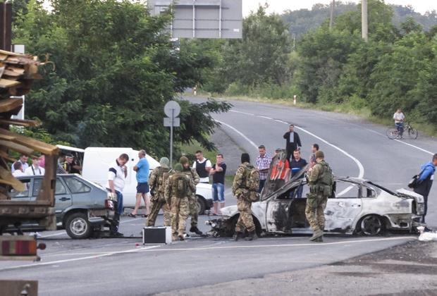 В результате действий бойцов «Правого сектора» в городе Мукачево Закарпатской области Украины погибли люди  Фото: EPA / ТАСС