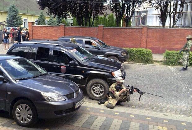 Боец «Правого сектора» держит позицию. Мукачево, 11 июля 2015 года  Фото: AP