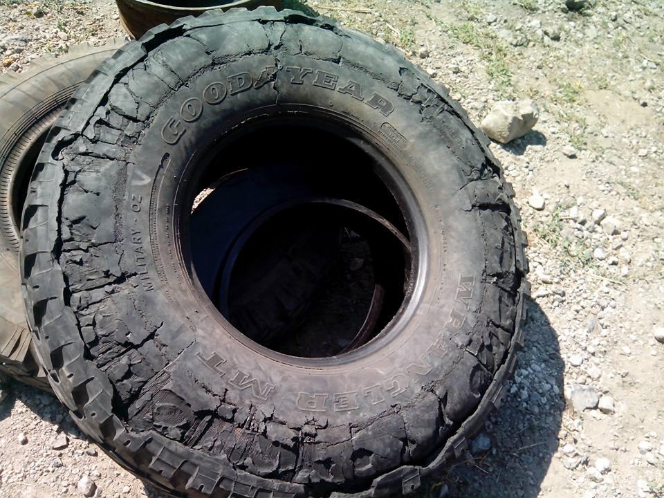 поврежденная шина  военного автомобиля Humvee морской пехоты Украины