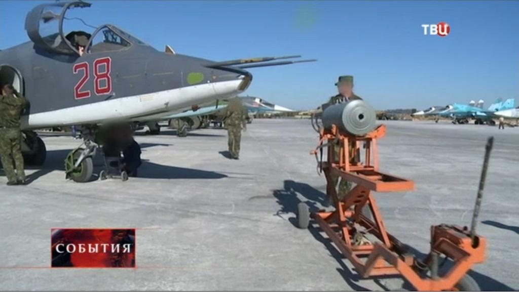Кадр из декабрьского репортажа телеканала ТВЦ с авиабазы Хмеймим. Справа видна стоянка прибывших дополнительных самолетов Су-34, в том числе заметен самолет в светлой камуфляжной схеме окраски (с) ТВЦ (via pfc_joker )