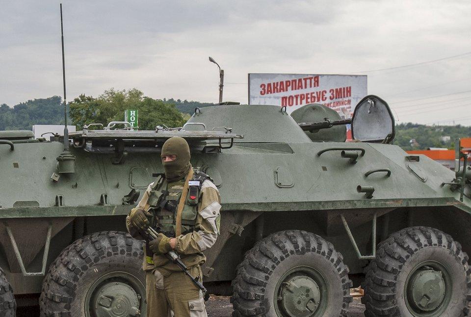 """Опытный образец 82-мм самоходного миномета БТР-70М1 в составе сил Национальной гвардии Украины в ходе операции против """"Правого сектора"""" в Закарпатской области. Июль 2015 года (с) Reuters (via kloch4.livejournal.com )"""