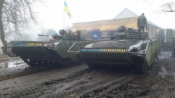 Экранированные боевые машины пехоты БМП-2 вооруженных сил Украины (с) twitter.com/bm21_grad