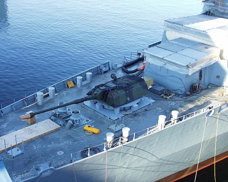 башня САУ PzH 2000 со 155 мм орудием с длиной ствола 52 калибра на немецком фрегате Hamburg F220 defenceindustrydaily.com