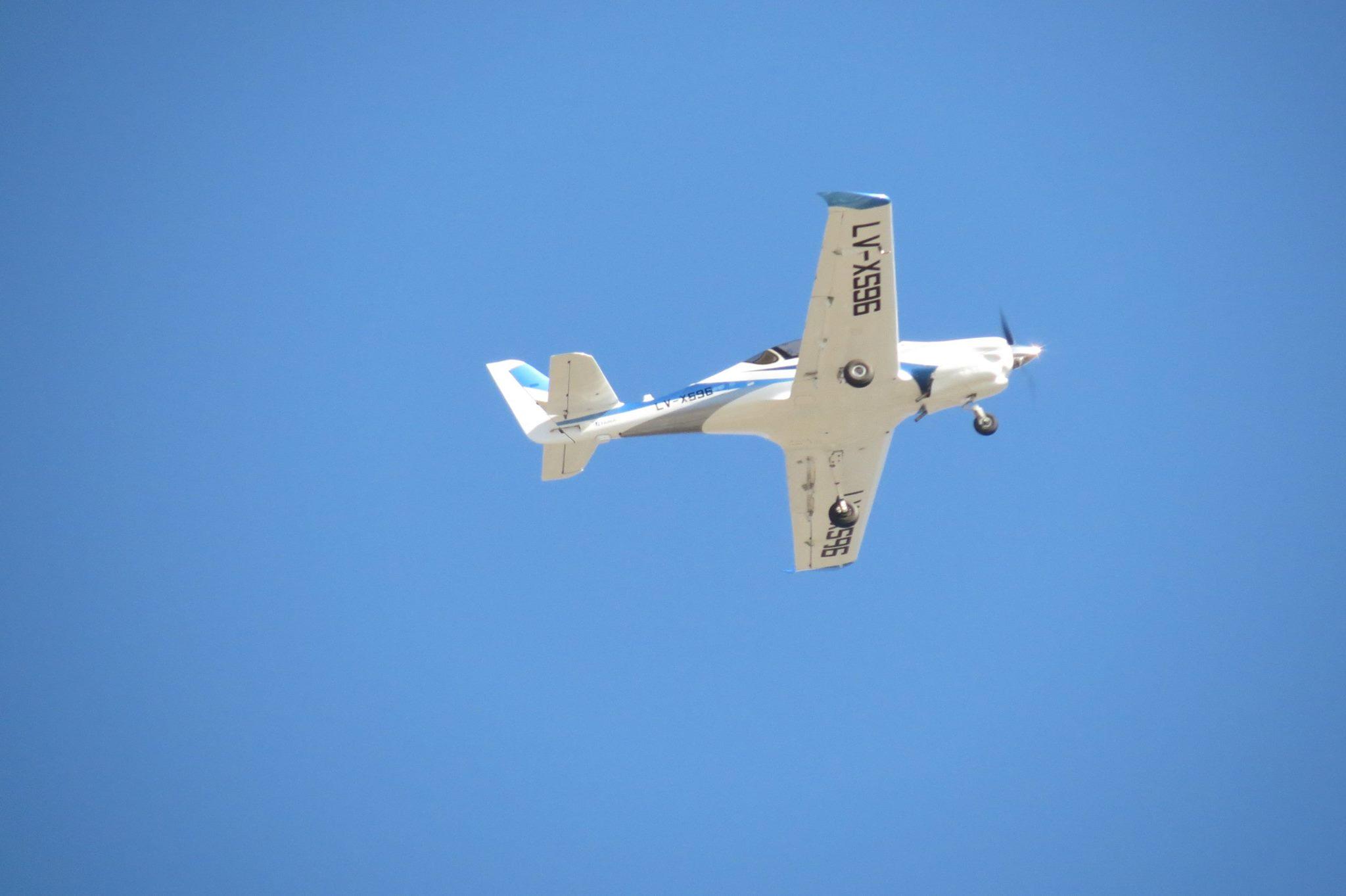 Первый прототип-демонстратор нового аргентинского легкого учебно-тренировочного самолета FAdeA IA-100 (бортовой номер LV-X596) в первом полете и после него. Кордоба (Аргентина), 08.08.2016 (с) Fábrica Argentina de Aviones